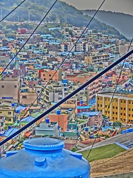 釜山市甘川洞文化村の電線のある風景