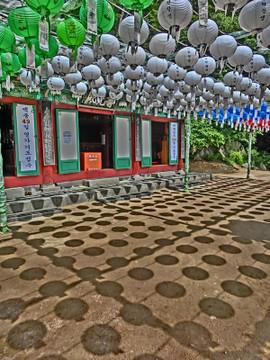 慶州にて石窟庵の提灯陰影
