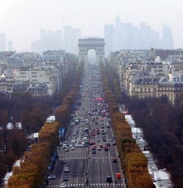 移動観覧車からみた凱旋門とビル群の風景