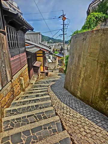 鞆の浦の路地裏に続く小路