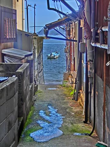 鞆の浦海へ続く路地の水たまり