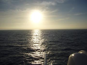 いきなり翌朝5:30の朝日。まだ船の上...