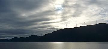 フェリーから見た佐田岬の風車と厚い雲