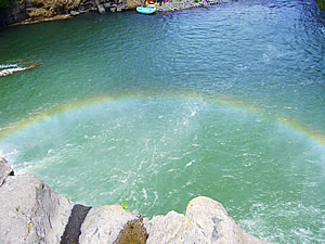 原尻の滝にかかる虹